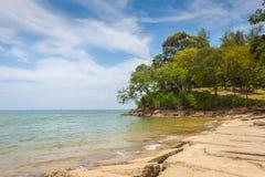 Vista del mare della spiaggia di Susan Hoi (Shell Beach Cemetery fossile) in Krabi T Fotografie Stock Libere da Diritti