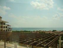 Vista del mare della Turchia dall'elevatore dell'hotel fotografia stock libera da diritti