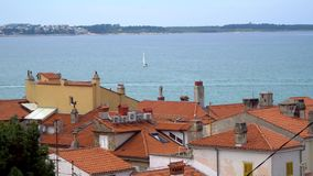 Vista del mare e dei tetti di vecchia città stock footage