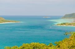 Vista del mare e della costa blu Immagini Stock