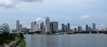Vista del mare e delle costruzioni della laguna a Singapore Fotografia Stock