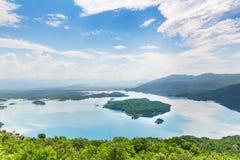 Vista del mare e delle montagne blu Immagini Stock Libere da Diritti
