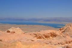 Vista del mare guasto e delle montagne del Giordano Vista dalla fortezza Masada in Israele fotografie stock