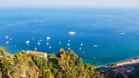 Vista del mare ionico dalla città di Taormina in Sicilia immagine stock libera da diritti