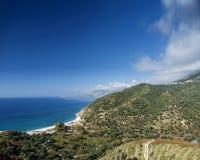 Vista del mare ionico della linea costiera delle montagne e della spiaggia dell'Albania del sud immagini stock libere da diritti