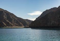 Vista del mare del paesaggio delle montagne dell'isola fotografia stock