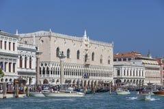 Vista del mare sul palazzo Palazzo Ducale del ` s del doge e sulla colonna di San Marco sul quadrato del ` s di St Mark, Venezia, Fotografie Stock Libere da Diritti