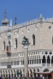 Vista del mare sul palazzo Palazzo Ducale del ` s del doge e sulla colonna di San Marco, Venezia, Italia Fotografie Stock Libere da Diritti