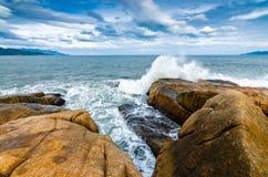 Vista del mare sul piccolo stabilimento dall'isola di grandi rocce Immagini Stock