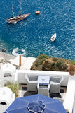 Vista del mare sull'yacht dal terrazzo Santorini Grecia Fotografie Stock Libere da Diritti