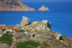 Vista del mare sulla costa della Corsica sotto il sole immagini stock libere da diritti