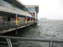 Vista del mare tempestoso dal oceanarium, parco dell'oceano di Manila fotografia stock