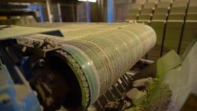 Vista del mattone difettoso sul nastro trasportatore, primo piano stock footage
