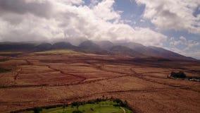 Vista del mauna loa de las altas montañas con el cráter activo y paisajes volcánicos y una pequeña célula con la naturaleza hermo almacen de video