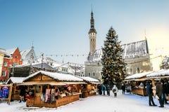 Vista del mercado de la Navidad en cuadrado del ayuntamiento en Tallinn Foto de archivo libre de regalías