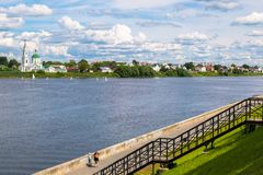 Vista del monasterio antiguo de StCatherine en el río Volga del terraplén peatonal opuesto Ciudad de Tver, Rusia imagen de archivo