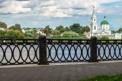 Vista del monasterio antiguo de StCatherine en el río Volga del terraplén peatonal opuesto Ciudad de Tver, Rusia imágenes de archivo libres de regalías