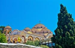 Vista del monasterio del arcángel Michael en el tiempo soleado, isla de Thassos, Grecia imagenes de archivo