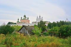 Vista del monasterio de Goritsky de Dormition de la calle de Podgornaya en Pereslavl-Zalessky, Rusia Fotografía de archivo