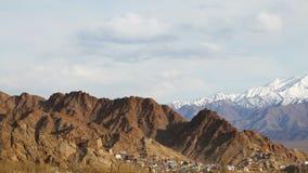 Vista del monasterio de la TSO de Namgyal en la montaña y el lanscape de Leh almacen de video