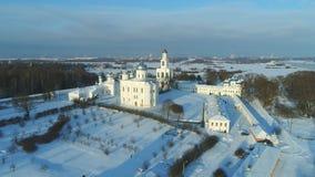 Vista del monasterio de San Jorge Día de enero Vídeo aéreo de Veliky Novgorod almacen de metraje de vídeo