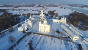 Vista del monasterio de San Jorge, vídeo aéreo del día de enero Veliky Novgorod almacen de metraje de vídeo