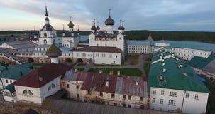 Vista del monasterio de Solovki de una opinión del ojo del ` s del pájaro Del norte Rusia, región de Arkhangelsk almacen de metraje de vídeo