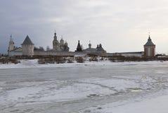 Vista del monasterio de Spaso-Prilutsky de los bancos opuestos de la mañana de Vologda marzo del río Imagen de archivo