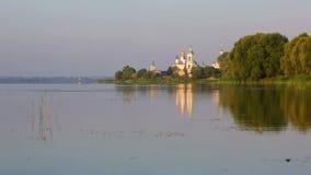 Vista del monasterio de St Jacob Saviour y lago Nero metrajes