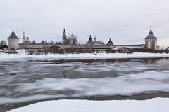 Vista del monasterio del salvador-Prilutskii del río opuesto de Vologda de la costa en marzo Foto de archivo