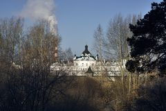 Vista del monasterio femenino a través de árboles Foto de archivo libre de regalías