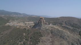 Vista del monasterio hermoso Jvari de Dreni de una altura metrajes