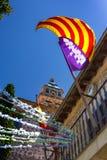 Vista del monasterio medieval con la elevación de la bandera de Spanian Imagen de archivo