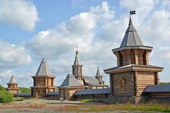Vista del monasterio sagrado y de Troitsk Trifonov-Pechengsky del hombre foto de archivo libre de regalías