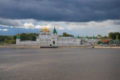 Vista del monastero di Ipatievsky al di sotto del giorno tempestoso di settembre del cielo Anello di Goldtn della Russia Immagini Stock