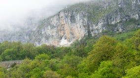 Vista del monastero di Ostrog bella La maggior parte del luogo santo nel Montenegro Monastero ortodosso dentro la montagna della  fotografia stock libera da diritti