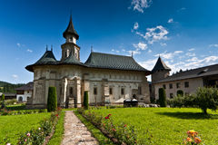 Vista del monastero di Putna in estate Immagine Stock