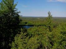 Vista del monastero santo di ascensione del monastero di Solovki, Savvatyevo dalla cima della montagna di Sekirnaya Il Solovetsky fotografia stock libera da diritti