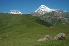 Vista del montaje Kazbek en el mayor Cáucaso, Georgia Foto de archivo