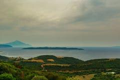 Vista del monte Athos sacro da un'alta collina sulla costa di mare Fotografia Stock Libera da Diritti
