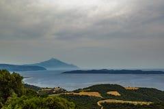 Vista del monte Athos sacro da un'alta collina sulla costa di mare Immagine Stock