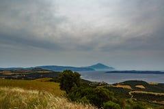 Vista del monte Athos sacro da un'alta collina sulla costa di mare Immagine Stock Libera da Diritti