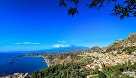 Vista del monte Etna y de la costa costa de Taormina Imagen de archivo libre de regalías