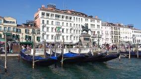 Vista del monumento a re Victor Emanuel II sulla passeggiata dello slavo un giorno soleggiato Venezia video d archivio