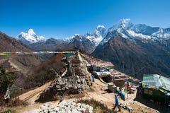 Vista del Mt. Thamserku, Kangteka e Ama Dablam da Mongla, Nepal Fotografia Stock Libera da Diritti