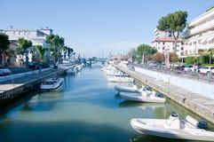 Vista del muelle con los barcos situados en Riccione en el coa de Adriático Foto de archivo