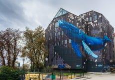 Vista del mural famoso de un wale azul gigante en un edificio gris viejo abandonado en Zagreb, Croacia fotografía de archivo libre de regalías