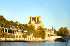 Vista del museo del Louvre e del Pont des Arts, Parigi, Francia immagine stock