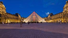 Vista del museo del Louvre y de la pirámide en el crepúsculo Foto de archivo