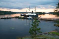 Vista del museo del puerto deportivo de naves antiguas en el crepúsculo augusto Savonlinna, Finlandia Fotografía de archivo libre de regalías
